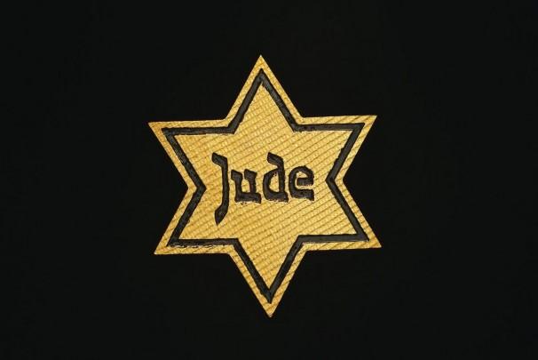 105JUDE _2001-2002_gold brooch, 18 carat_5 x 5 cm